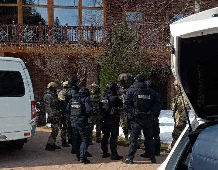 Обшук відбувся 19 березня у резиденції підсанкційного політика «Ведмежа діброва» поблизу Жденієво.
