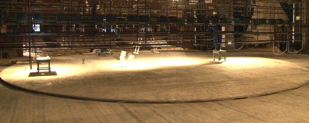 Про це сказав директор закладу Василь Марюхнич. За його словами, ремонт сцени не проводили з часу побудови театру, а це сорок років тому.