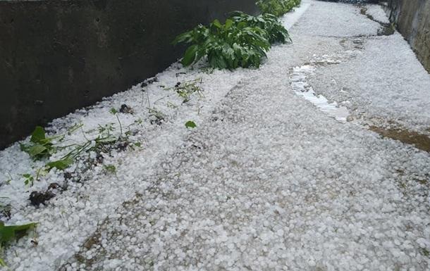 Злива з грозою підтопила під'їзди та підвали в десятках будинків у центрі міста, випав великий град.