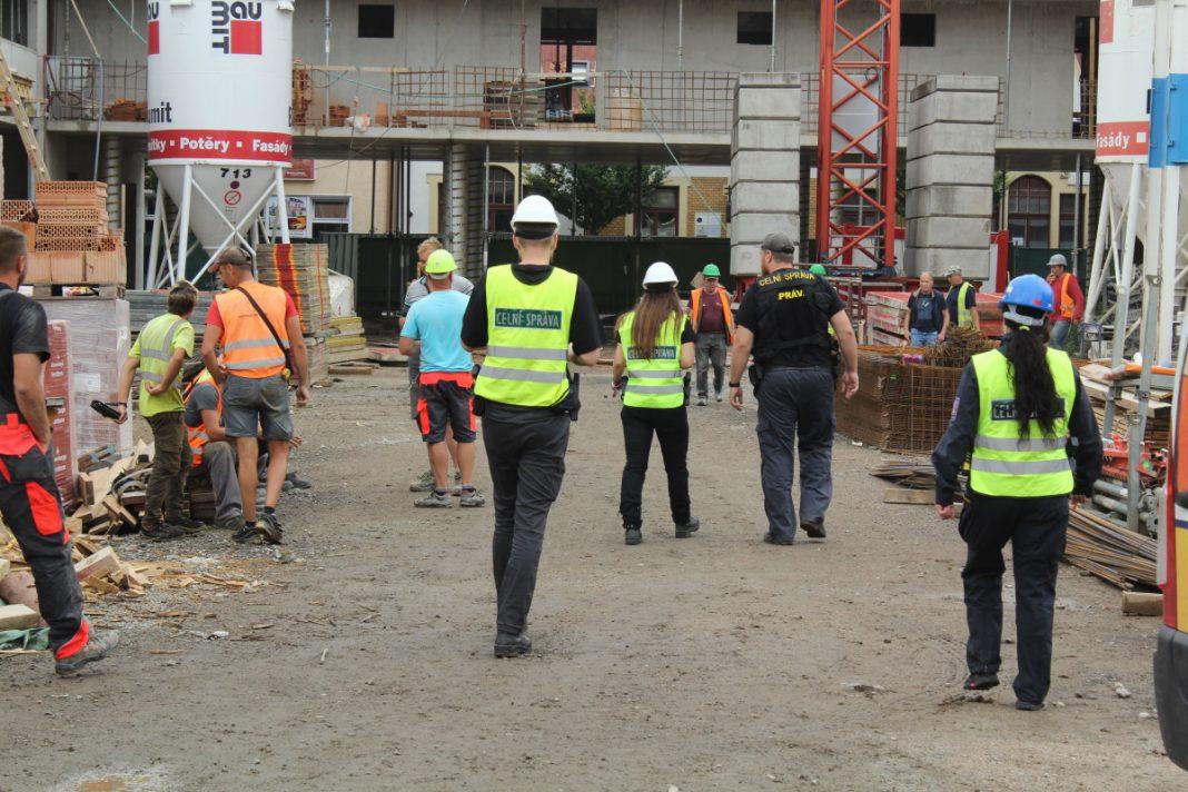 Митники з міста Пардубіце виявили понад 20 нелегально працюючих іноземних працівників.