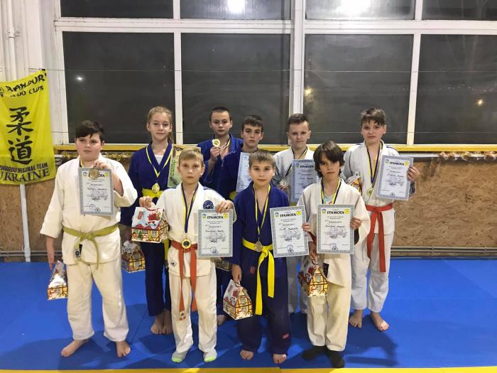 Юні спотсмени  відділення  дзюдо  Ужгородської  ДЮСШ №1 в  пятницу  відвідали  святковий турнір із  дзюдо,  який  проходив  в  районній  ДЮСШ.