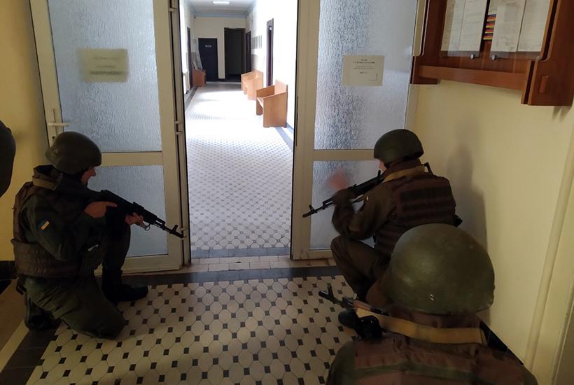 Подібні заняття для ужгородських гвардійців є регулярними, часто задіюються і працівники поліції.