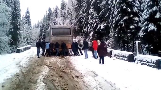 Зима в Карпатах: пасажирам довелось штовхати автобус зі снігу