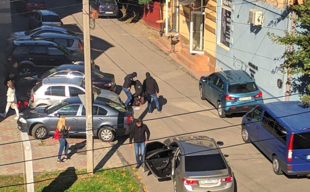 В Ужгороді на Швабській працівники СБУ при отриманні хабаря затримали начальника відділу Державної екологічної інспекції на Закарпатті Михайла Павлишинця.