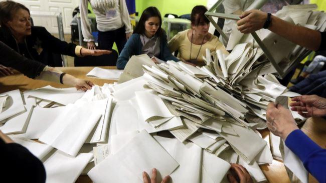 Володимир Зеленський набирає 30,24% голосів, а Петро Порошенко має результат 15,94% голосів.