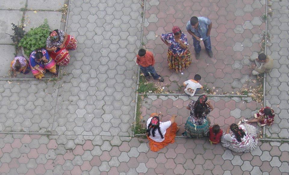 Циганська черга: на Виноградівщині роми шикуються перед банком за грошима на дітей / ФОТО