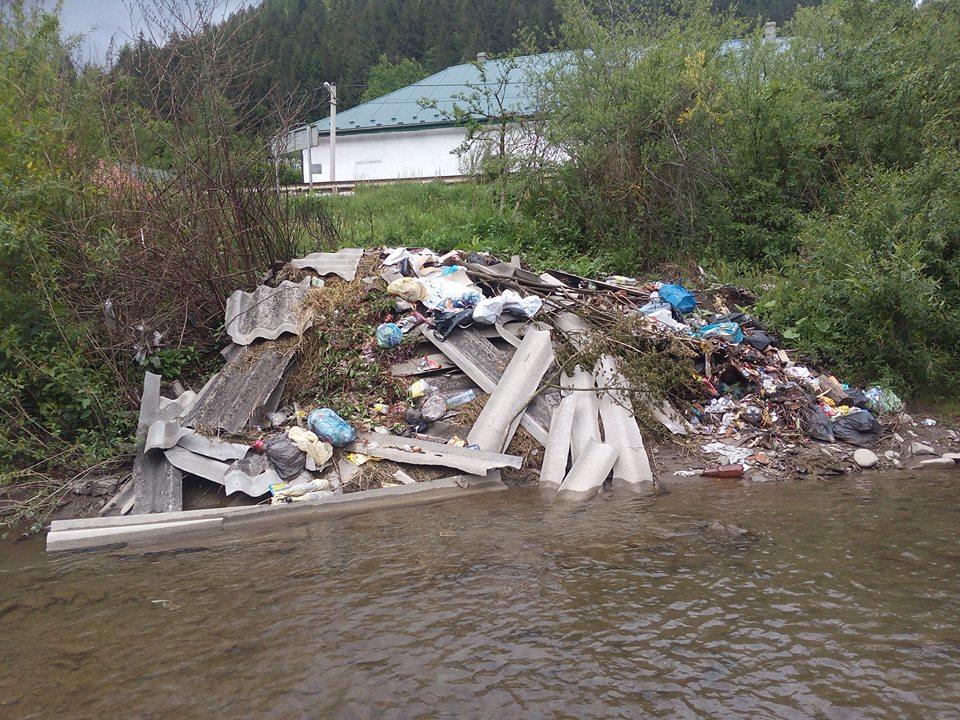 Вода понесе! На Рахівщині сміття продовжують викидати прямо в річку (ФОТО)