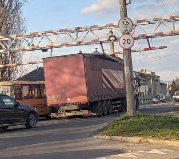 Вантажівка не змогла проїхати вулицею.