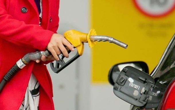Мережі АЗС знизили вартість бензину і дизельного палива від 20 копійок до гривні.