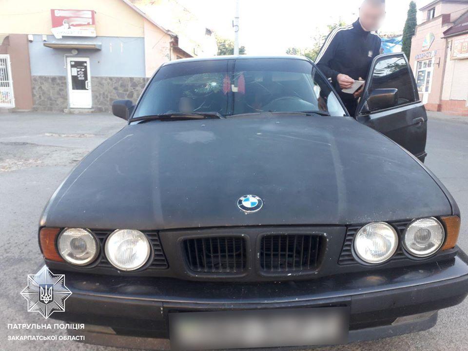 Патрулюючи вулицю Мукачівську, увагу інспекторів привернув автомобіль BMW, який перебував в орієнтуванні. При спілкуванні з водієм, патрульні виявили у нього ознаки сп'яніння.