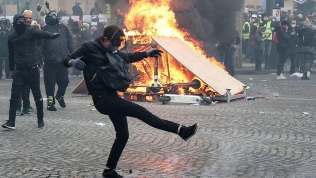 """Париж у вогні. Нові протести """"жовтих жилетів"""" у Франції - ВВС"""