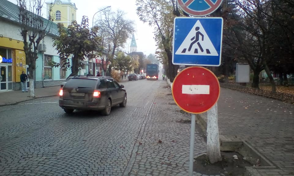 У Виноградові водії продовжують рух по вулиці Миру в напрямку готелю
