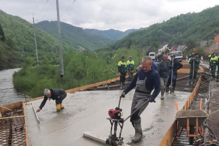 На дорозі у Закарпатській області підрядник влаштовує систему водовідведення, облаштовує тротуари. Крім того, проводять ремонтні роботи на мостах та штучних спорудах.