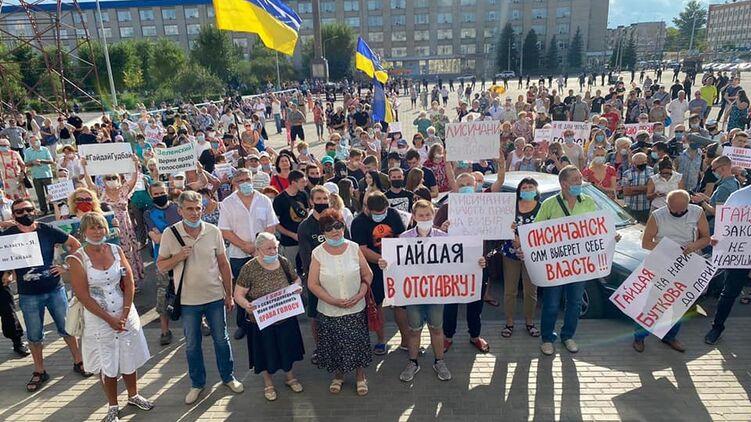 У містах Донецької та Луганської областей тисячі місцевих жителів вимагають повернути їм право голосу.