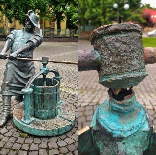 У бронзової скульптури в центрі міста помітили пошкоджений фрагмент.