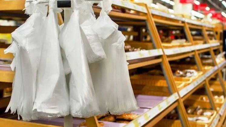 За прикладом Європи, Україна вводить заборону на пластикові пакети. Але їх заміна на еко-упаковку може підняти ціни на багато товарів.