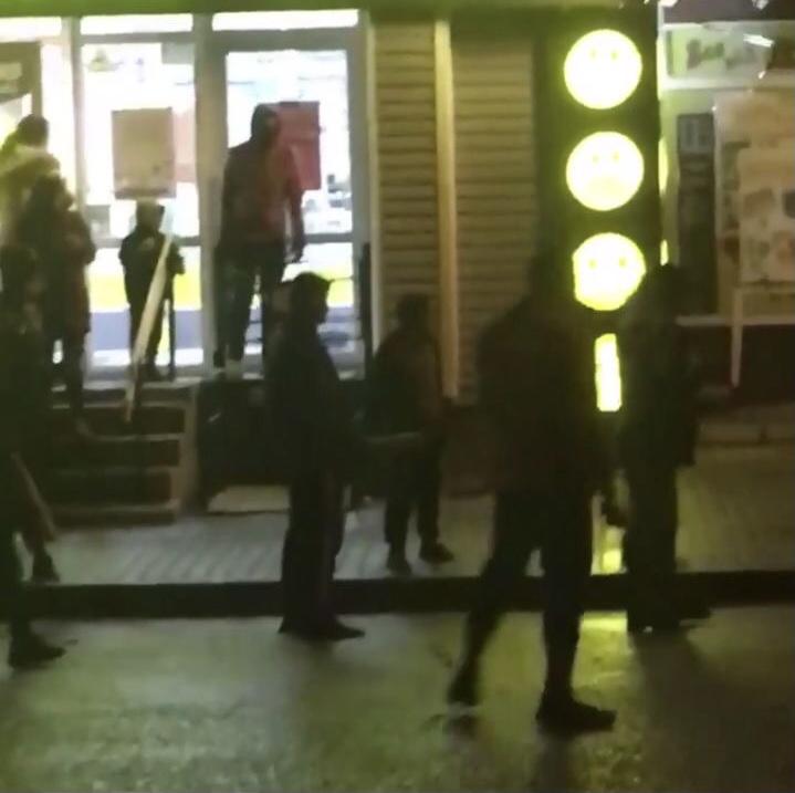 У неділю, 24 січня, в центрі Кам'янця-Подільського півтора десятка невідомих осіб із битами та металевими прутами  намагалися з'ясувати між собою стосунки.