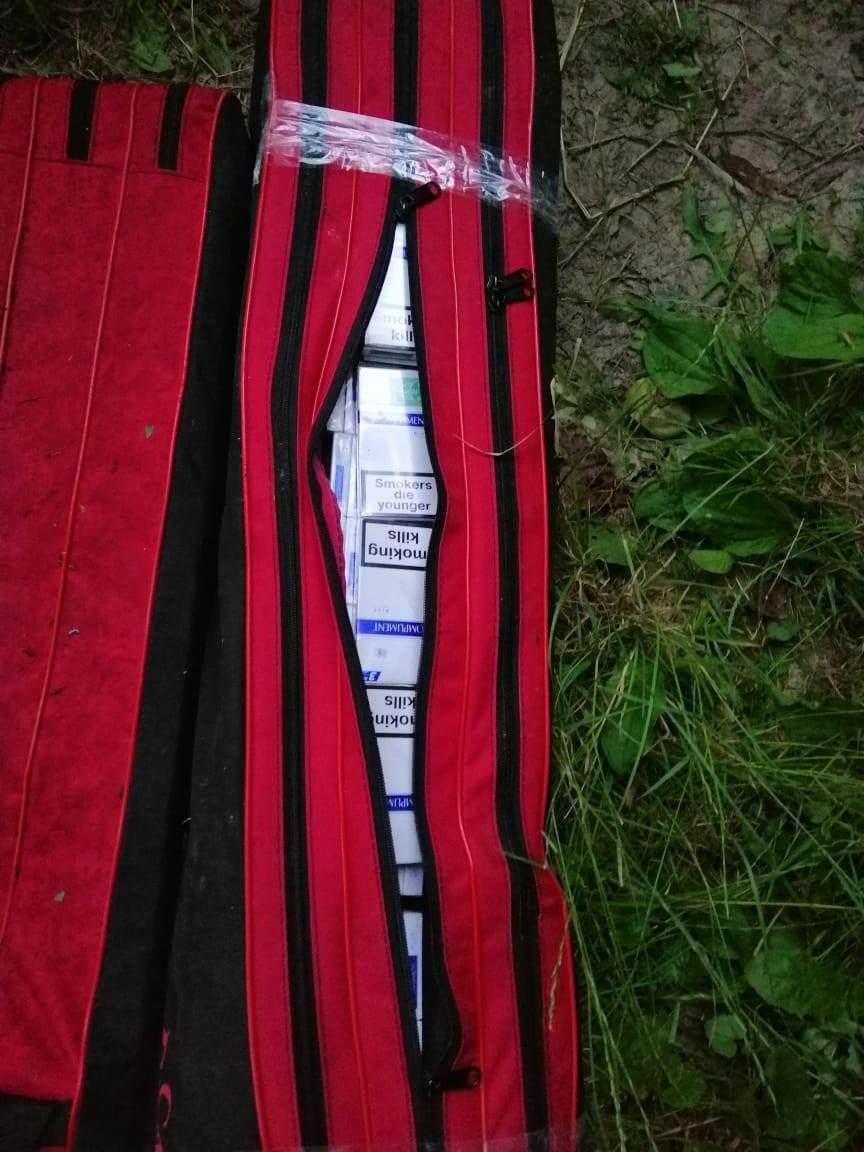 Поблизу населеного пункту Саловка, Ужгородського району прикордонники помітили чоловіків з сумками. Помітивши прикордонників контрабандисти втекли, покинувши поклажу.
