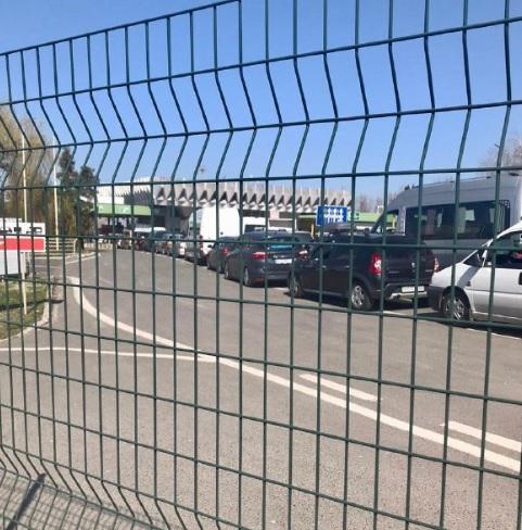 На українсько-угорському кордоні у черзі стоять кількадесят автомобілів.