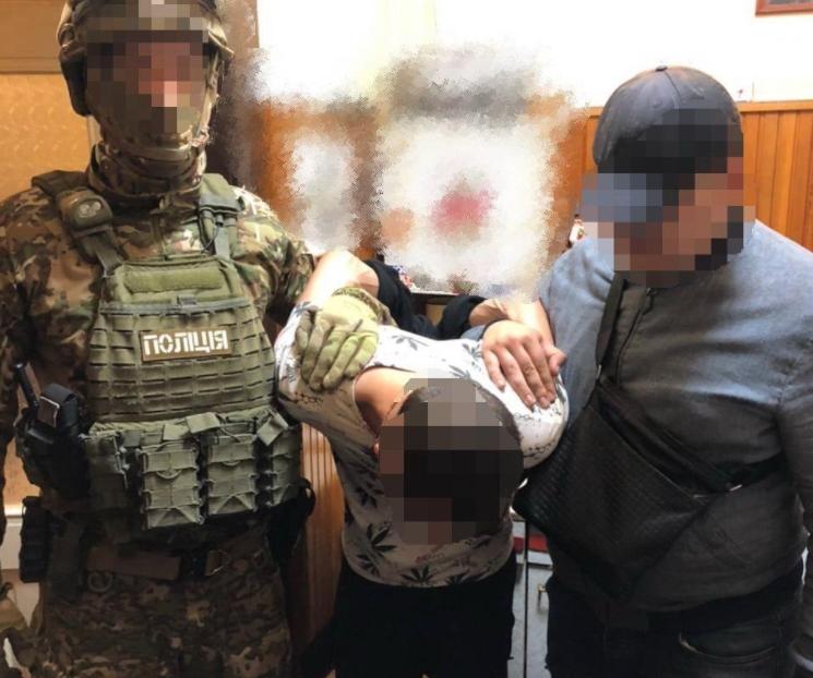У Берегові працівники поліції  затримали двох місцевих жителів, які причетні розповсюдження нароктиків. У помешканнях фігурантів справи  поліцейські провели обшук та вилучили «товар».