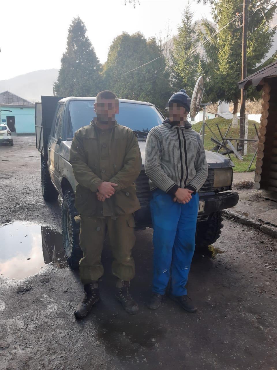 Двох тютюнових контрабандистів затримали учора прикордонники Мукачівського загону неподалік від державного кордону.