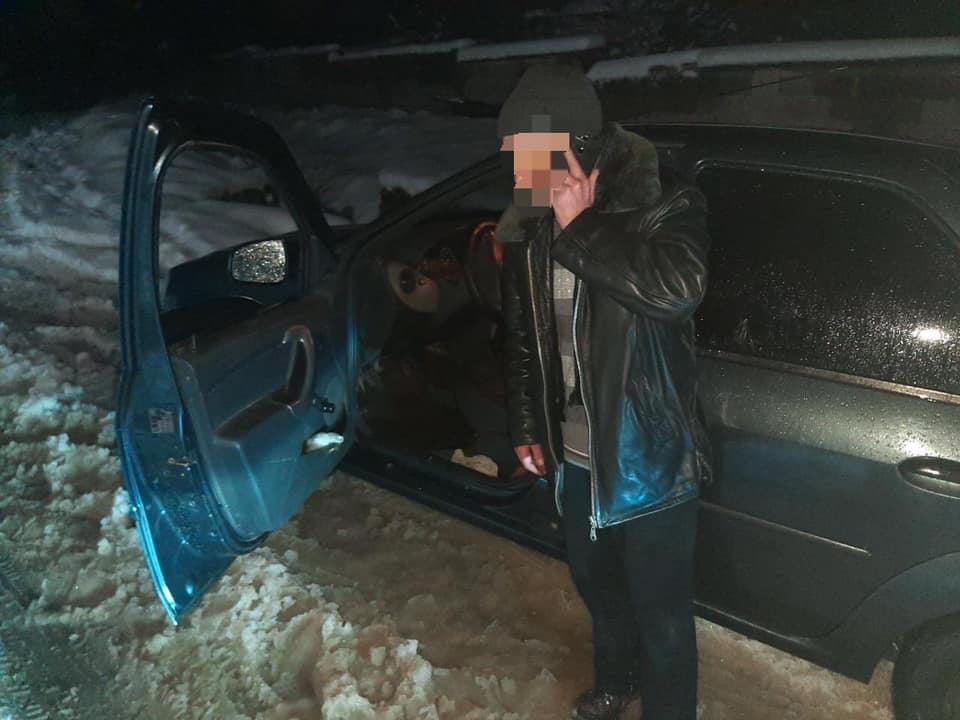 Група реагування патрульної поліції Рахівщини отримала виклик від місцевих мешканців про те, що у селищі міського типу Ясіня автомобіль заблокував дорогу.
