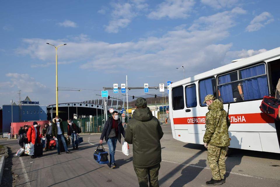 Прикордонники продовжують пропускні операції щодо співвітчизників, які повертаються з-за кордону.