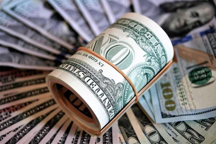 Американська валюта дорожчала в обмінниках до середини тижня, але напередодні різко пішла вниз.
