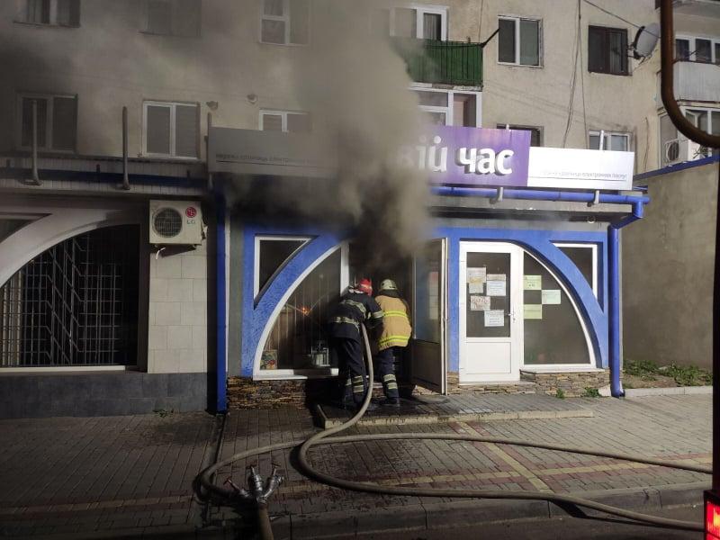 У вівторок, 24 березня, о 23:45 до рятувальників надійшло повідомлення про пожежу в  Хусті на вул. Добрянського, де горіло одне з офісних приміщень.