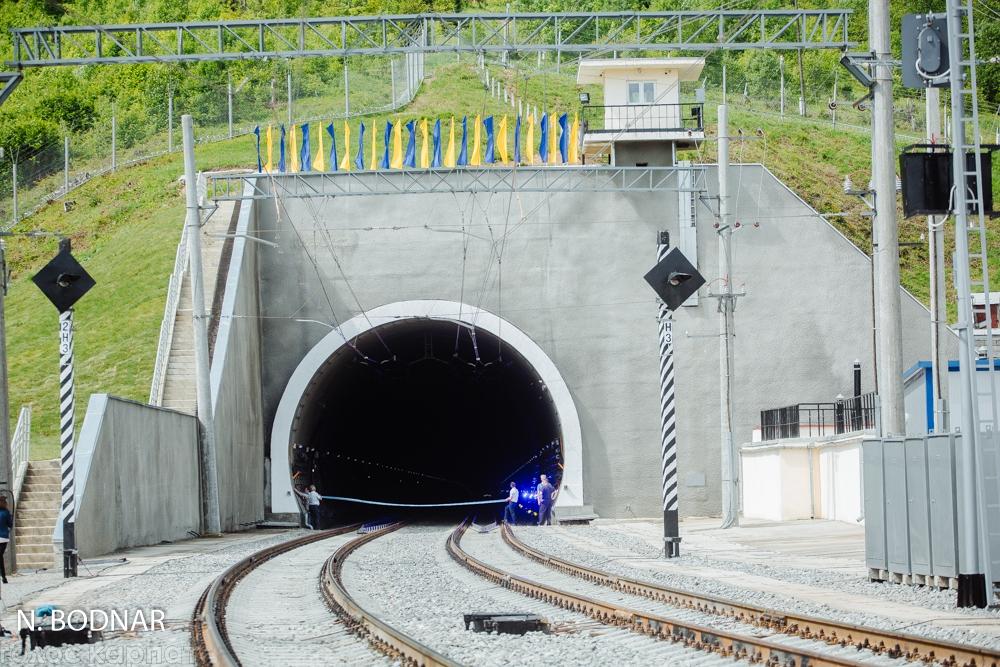 Порошенко, тунель та сотні селфі: як в Україні відкривали Бескидський тунель (ФОТО)
