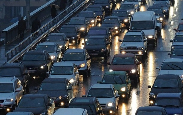Українські водії не готові відмовитися від авто, а бачать вирішення проблеми в будівництві нової інфраструктури.