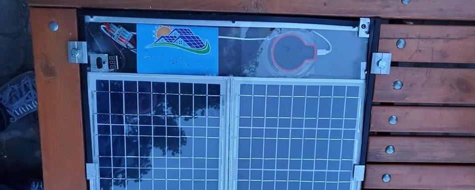 Лавицю з сонячними батареями відремонтували в Ужгороді.