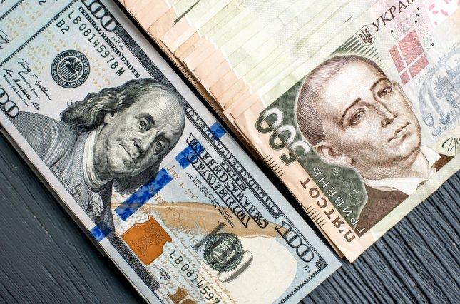 Курс долара на міжбанку в продажу впав на 22 копійки - до 26,15 грн / долар, курс у покупці знизився також на 22 копійки - до 26,12 грн / долар.