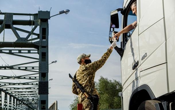 На кордоні України та Угорщини працюють відповідні пункти пропуску, але  є певні обмеження із боку Угорщини.