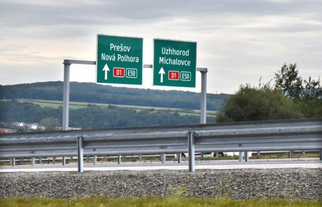 Нові вказівники на автомагістралі D1 у Словаччині орієнтують водіїв автомобілів як дістатися у бік закарпатського міста Ужгород.