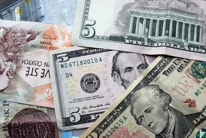Курс американської валюти почав трохи знижуватися напередодні, до цього долар зростав з 10 березня.