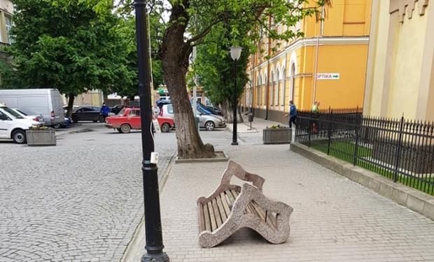 У самому центрі міста Берегово вандали перекинули лавиці та понищили клумби з квітами.