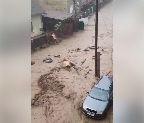 Рахівчани діляться в соцмережах страшними кадрами затоплених вулиць та стрімких потоків дощової води. Відео шокує