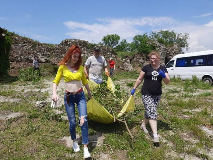 Волонтери долучилися до впорядкування території Квасівського замку на Берегівщині.