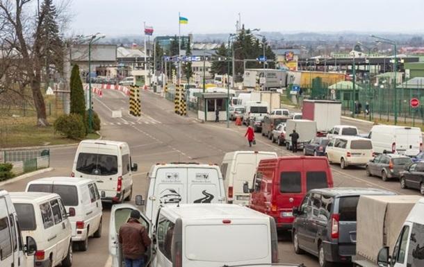 На кожному з пунктів пропуску на кордоні з Польщею перебувають більше сотні автомобілів.