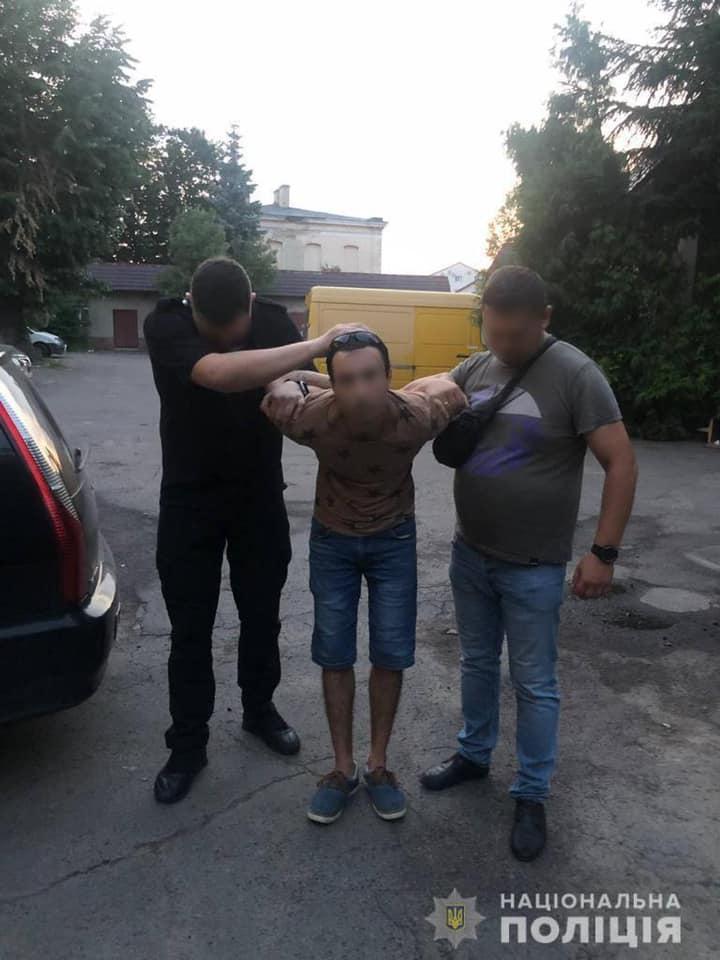 Вчора, 26 липня, близько обіду до поліції Мукачева надійшло повідомлення від медиків, що до них доставлено дівчину з численними ножовими порізами всього тіла, одне з яких проникаюче в живіт.