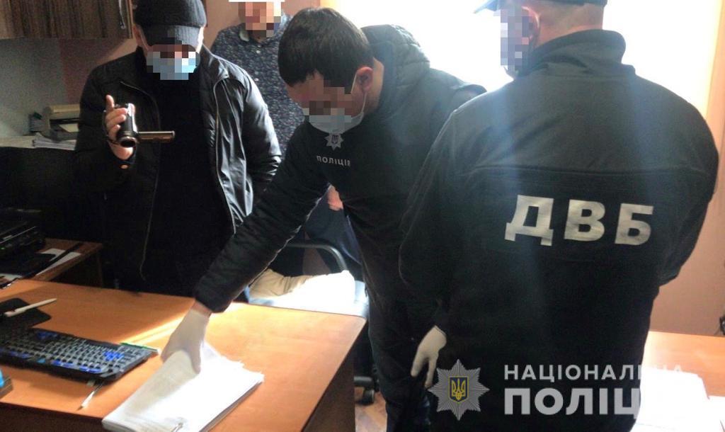 У Тячеві при спробі підкупу слідчого поліції затримали 34-річного місцевого жителя. Чоловіка вже поміщено до ізолятора тимчасового тримання.