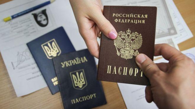 Російський президент Володимир Путін підписав указ, який надав право на спрощений порядок отримання російського громадянства окремим категоріям українців. Про це пише ВВС.