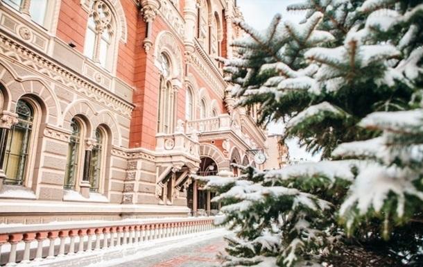 Нацбанк встановив офіційний курс гривні на новорічні вихідні на рівні 28,27 за долар, тоді як рік тому курс становив 23,68 гривні.