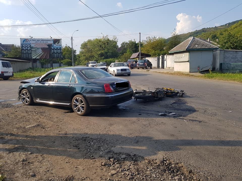 """Очевидець: """"ДТП у Виноградові сталася через ями на дорозі, яких уникали водії"""" (ФОТО)"""