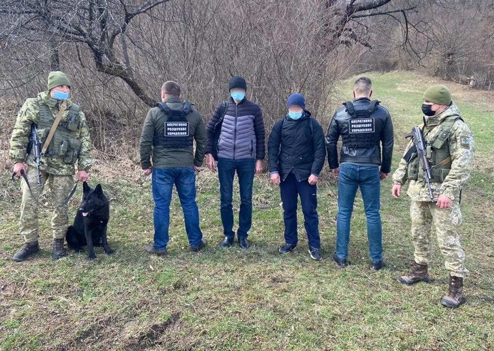 Учора вдень прикордонниками Чопського загону було виявлено двох іноземців, які мали намір перетнути українсько-словацький кордон поза пунктами пропуску.