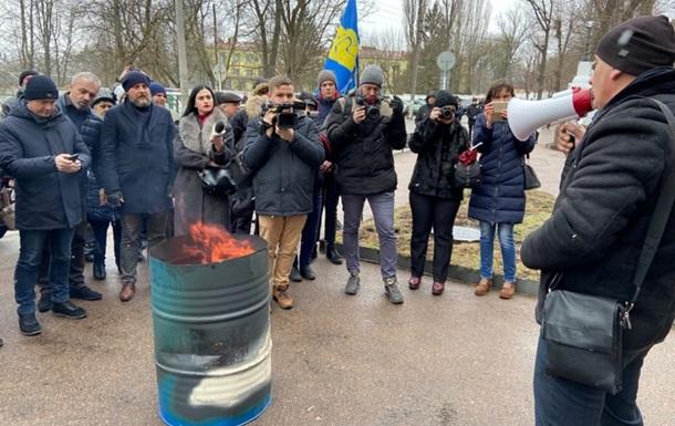 Городяни вийшли на знак протесту проти введення окремої оплати за транспортування газу і спалили свої платіжки.