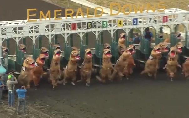 Бігуни в костюмах тиранозаврів влаштували змагання на іподромі.