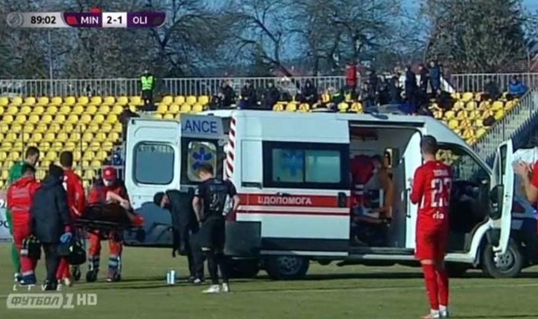 Гравця Олімпіка відвезли з поля на машині швидкої допомоги.