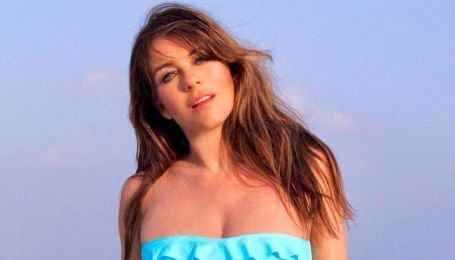 Акторці так набридло сидіти вдома на самоізоляції, що вона вирішила подумки перенестися на пляж і покрасуватися там в купальнику від свого бренду.